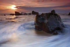 Abbrechende Welle am Sonnenuntergang Stockbilder