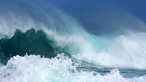 Abbrechende Wellen lizenzfreie stockfotos