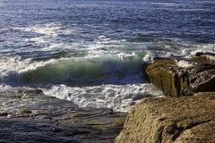 Abbrechende Wellen lizenzfreie stockfotografie