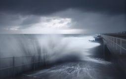 Abbrechende Wellen des Sturmwetters Lizenzfreie Stockfotos