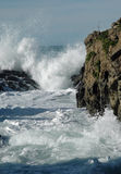 Abbrechende Wellen u. Felsen Lizenzfreies Stockfoto