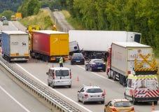Abbruch auf Landstraße envolving LKWs Lizenzfreies Stockfoto