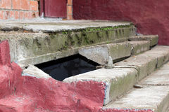 Abbruch von Steinschritten Die Treppe ist alt und zerbröckelnd Die Wand Lizenzfreies Stockfoto