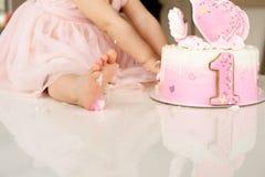 Abbruchsrosakuchen an der Feier des ersten Geburtstages des M?dchens, ruinierter Schwammkuchen, defekter Eibisch, 1-j?hrig stockfoto