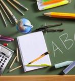 abc回到黑板董事会绿色学校 库存图片