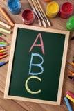 ABC字母表、基本的读书和文字,白垩黑板 库存图片