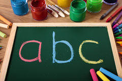 ABC字母表白垩黑板、学龄前读书和文字教训 免版税库存照片