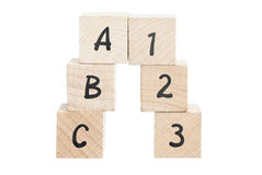 ABC 123 angeordnet unter Verwendung der Holzklötze. Lizenzfreie Stockfotos