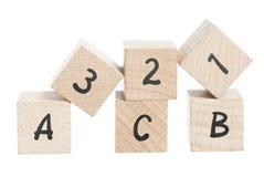 ABC 123 angeordnet unter Verwendung der Holzklötze. Lizenzfreies Stockfoto