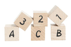 ABC 123 disposé utilisant les blocs en bois. Photo libre de droits