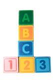 ABC 123 en letras de molde de madera con el camino de recortes Foto de archivo libre de regalías