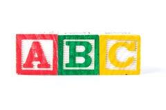 abc - Alfabetet behandla som ett barn kvarter på vit Arkivfoton