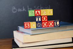 ABC-Blöcke auf Stapel Büchern Lizenzfreies Stockfoto