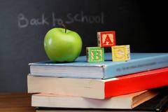 ABC-Blöcke und grüner Apfel lizenzfreie stockbilder
