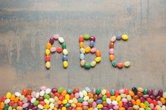 ABC de la palabra escrito con las habas de jalea Fotos de archivo