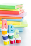 ABC de las letras y pila de libros Fotos de archivo libres de regalías