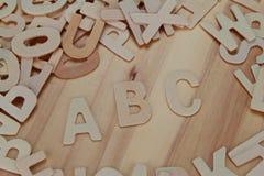 ABC de madera pone letras a alfabeto en el de madera Imagenes de archivo