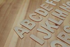 ABC de madera pone letras a alfabeto en el de madera Fotos de archivo