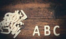 ABC de madera pone letras a alfabeto en el fondo de madera Fotos de archivo libres de regalías
