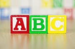 ABC deletreó hacia fuera en bloques huecos del alfabeto Fotos de archivo libres de regalías