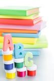 ABC delle lettere e pila di libri Fotografie Stock Libere da Diritti