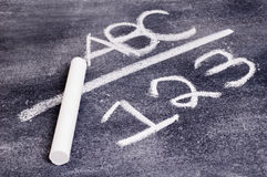 ABC e 123 na placa de giz. fotografia de stock royalty free