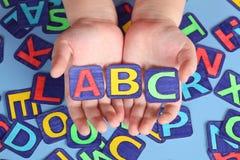ABC en las manos del niño Fotos de archivo
