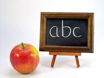 ABC en una pizarra y una manzana Fotos de archivo libres de regalías