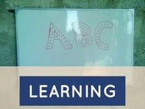 ABC escrito em um fundo da placa com aprendizagem da etiqueta imagens de stock royalty free