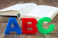 abc:et som stavar och, öppnar boken Arkivfoto