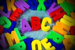 abc - Färgrika magnetiska bokstäver Arkivbilder