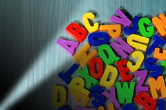 abc - Färgrika magnetiska bokstäver Arkivfoton