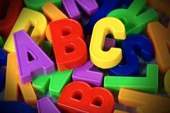 abc - Färgrika magnetiska bokstäver Royaltyfri Foto