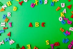 ABC inglés Letras de madera coloridas dispersadas Foto de archivo libre de regalías