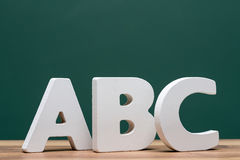 Abc märker framme av bräde Arkivfoto