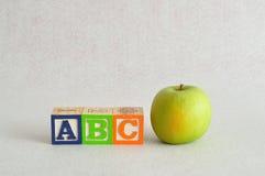 abc med färgrika alfabetkvarter Royaltyfri Fotografi