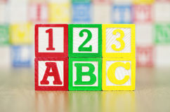ABC och 123 som stavas ut i alfabetbyggnadsblock Royaltyfri Bild