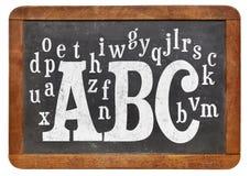 abc och alfabet på svart tavla Arkivfoto