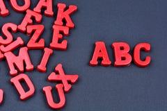 Abc-ord på svart bakgrund Arkivfoton