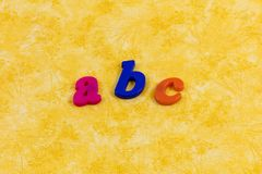 ABC orthographiant le message en plastique de lettres d'alphabet apprenant l'amusement photos stock