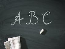 ABC pone letras a la pizarra vieja de la tiza Imagen de archivo libre de regalías