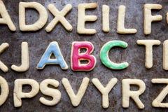 ABC pone letras a las galletas formadas cerca para arriba Fotos de archivo libres de regalías