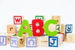 ABC redacta en bloque de madera y el fondo blanco con el foco selectivo Imagenes de archivo