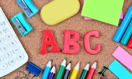ABC redacta en tablero del corcho Fotografía de archivo libre de regalías