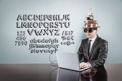 ABC simsen mit Weinlesegeschäftsmann unter Verwendung des Laptops lizenzfreie stockfotografie