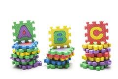 abc som är skriftligt med alfabetpusslet Arkivfoton