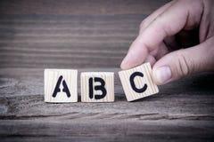 abc Träbokstäver på den informativ och kommunikationsbakgrunden för kontorsskrivbord, Arkivfoton