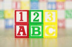 ABC und 123 buchstabiert heraus im Alphabet-Baustein Lizenzfreies Stockbild