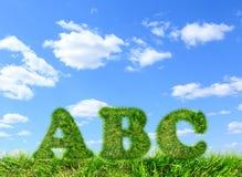 ABC van groen gras op blauwe hemel wordt gemaakt die Stock Afbeelding