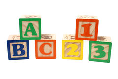 ABC y 123 bloques en pilas sobre blanco Fotos de archivo libres de regalías